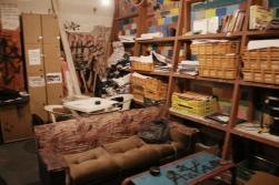καναπέδες, ντουλάπια και πλήθος αφισών που καταστράφηκαν και αυτές