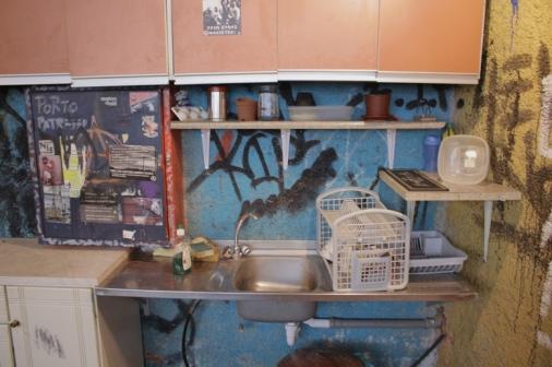 ο χώρος της κουζίνας με τα ντουλάπια που περιέχουν πιάτα, κατσαρόλες κτλ